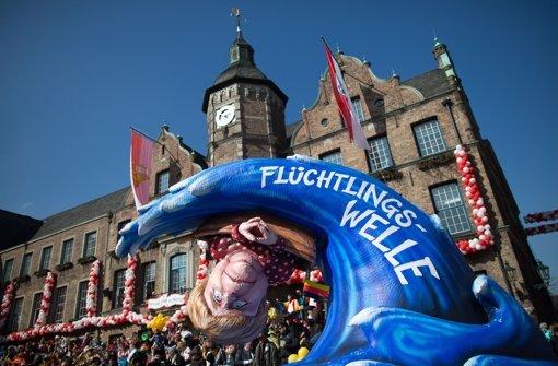 Die Sonne strahlte über den politischen Motivwagen am Sonntag in Düsseldorf. Foto: dpa