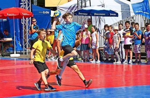 Handball auf dem   Marktplatz:  Torwurf statt Tomaten