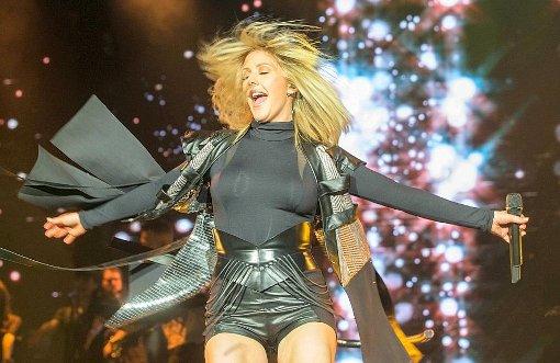 Viel Glitzer, viel Show - Ellie Goulding in der Porsche-Arena am Mittwochabend. Foto: Lichtgut