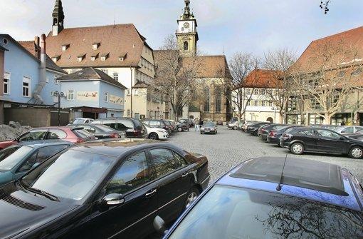 Werden auf dem Cannstatter Marktplatz sogar alle Fahrzeuge verbannt? Die Stadtverwaltung scheut   einen  Vorschlag, der Einzelhandel spricht von einer Schicksalsfrage. Foto: Kraufmann