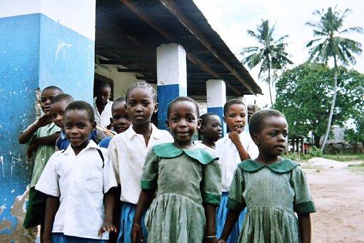 Eine Gruppe von Kindern steht vor einem Waisenhaus in Kenia. Viele von ihnen haben ihre Eltern durch Aids verloren oder werden auf der Straße aaufgegriffen. Ein kleiner Waise aus Nairobi soll bald ein neues Zuhause im Raum Stuttgart bekommen... Foto: dpa