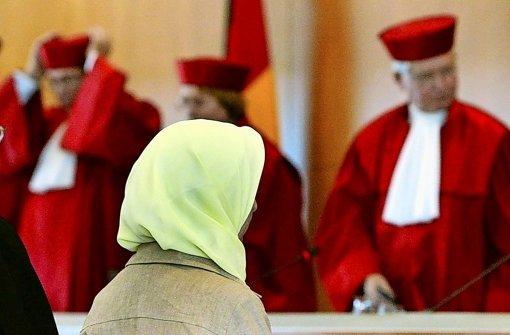 Bei Lehrerin  F. Ludin ließen  die Richter 2003 zunächst ein Kopftuchverbot zu Foto: dpa