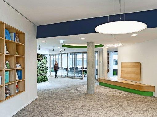 Die Bibliothek, die Pflanzenwand und moderne Lichtkonzepte sorgen für Behaglichkeit in der  DGNB-Geschäftsstelle. Foto: privat/ swencarlin.com