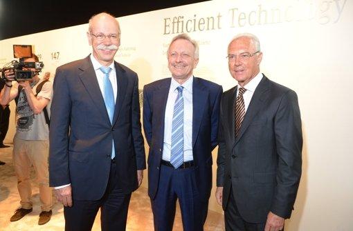 Der Vorstandsvorsitzende der Daimler AG, Dieter Zetsche (von links nach rechts), Joachim Schmidt, Vertriebsvorstand von Mercedes-Benz Cars, und Franz Beckenbauer stehen am 15. Mai 2013 in Hamburg vor der Weltpremiere der neuen S-Klasse von Daimler zusammen. Foto: dpa