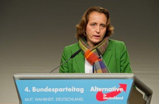 In Kassel hat Beatrix von Storch eine Torte bekommen – mitten ins Gesicht. (Archivfoto) Foto: dpa