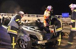 Bei dem schweren Verkehrsunfall am Dienstagabend auf der Autobahn 8 zwischen den Anschlussstellen Kirchheim-Ost und Aichelberg gekommen. Der Fahrer eines Mercedes wurde mit schweren Verletzungen in ein Krankenhaus gebracht. Foto: www.7aktuell.de/Schlienz
