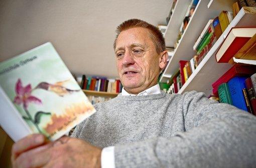 Jeder kann ein Dichter sein: Harry Fischer liest in einem der 200 Gedichtbüchlein, die bei Schulbesuchen entstanden sind. Foto: Max Kovalenko