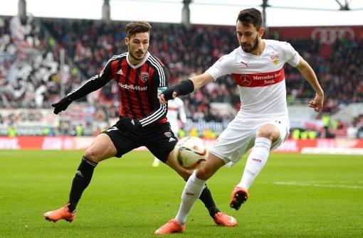 Ingolstadts Mathew Leckie (l.) und Lukas Rupp vom VfB Stuttgart kämpfen um den Ball. Die Bildergalerie zeigt weitere Impressionen vom Spiel. Foto: Bongarts