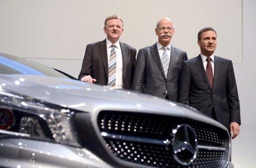 Daimler-Führungstrio bei der Bilanzpressekonferenz in Stuttgart: Vorstandsvorsitzernder Dieter Zetsche (Mitte), Nutzfahrzeug-Vorstand Andreas Renschler (links) und Finanzvorstand Bodo Uebber  Foto: dpa