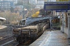 Im Bahnhof in Stuttgart-Feuerbach sind am frühen Freitagmorgen Güterwaggons gegen die Säulen eines Bahnsteigdachs gekracht. Foto: www.7aktuell.de/Eyb