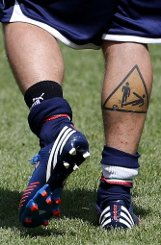 Diese Wade gehört Diamantis Mannschaftskollegen bDaniele De Rossi/b: Das Tattoo könnte als Warnung für die Gegenspieler des Mittelfeldmannes gemeint sein. Foto: AP