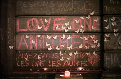 Mit Kerzen und Kreidezeichnungen gedenken die Bewohner in Brüssel den Opfern. Foto: dpa