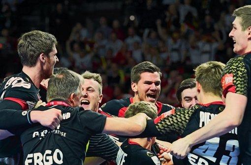 Euphorie pur: Die deutschen Handballer feiern ausgelassen den Halbfinaleinzug bei der EM in Polen. Foto: Getty
