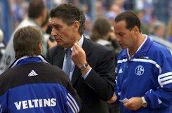Seine Trainerkarriere begann der Knurrer von Kerkrade, wie Stevens oft wegen seiner ruppigen Art genannt wird, (rechts, mit dem damaligen Schalke-Manager Rudi Assauer) im Jahr 1993 beim niederländischen Club bRoda Kerkrade/b. Er führte das Team mehrmals in den Uefa-Cup. In genau diesem Wettbewerb schied die Mannschaft 1996 gegen bSchalke 04/b aus - und Huub Stevens übernahm im Oktober den Posten des Cheftrainers bei den Königsblauen.  Foto: dpa