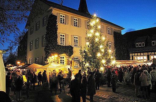 Die Sternlein prangen nicht nur auf dem Stuttgarter Weihnachtsmarkt rund um den Markplatz. Auch durch die Stadtbezirke weht ein Hauch von Weihnachtsduft. Wie etwa rund um die Martinskirche - die wegen ihrer imposanten Größe auch Filderdom genannt wird - und vor dem Bezirksrathaus in Stuttgart-Möhringen. Hier sind am Samstag, 1. Dezember von 11 bis 18 Uhr die Stände des Christkindlesmarkts aufgebaut. Foto: Volker Grosser