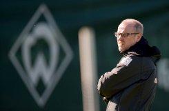 ... die Spieler des bSV Werder Bremen/b (Foto: Trainer Thomas Schaaf) den Rasen betreten.br Foto: dpa