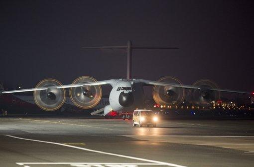 Die Maschine parkte abgeschirmt von der Öffentlichkeit nahe eines Flugzeug-Hangars, in dem die Särge dann aufgebahrt wurden. Foto: AP