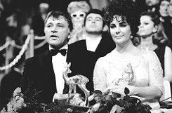 bElizabeth Taylor/b und bRichard Burton/b bekamen 1968 je einen Bambi. Die beiden Schauspieler, zu dieser Zeit ein Ehepaar, kamen 45 Minuten zu spät und ein wenig angeheitert zur Veranstaltung. Foto: Burda