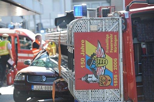 Tragischer Unfall - am Samstagmorgen kippt ein Feuerwehrfahrzeug auf dem Weg zum Einsatz um und kracht auf einen Passat. Foto: www.7aktuell.de | Oskar Eyb