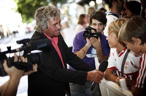 Der schöne Bruno interviewt vor dem Breuninger VfB-Fans, die auf die Autogrammstunde warten.p Foto: StN/Thomas Wagner