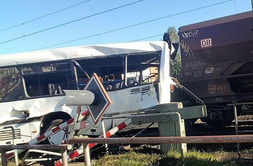 Güterzug rammt Linienbus – zwei Schwerverletzte