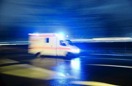 Ein 19-jähriger Fußgänger ist am Montagabend in Bondorf von einem 63-Jährigen angefahren und schwerst verletzt worden. (Symbolbild) Foto: dpa