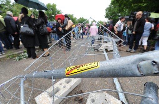 Auch der Bauzaun konnte zahlreiche Demonstranten im Juni 2011 nicht stoppen. Foto: dpa