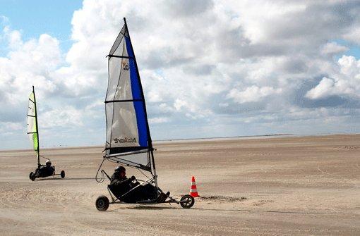 Im Blokart über den schier unendlich breiten Strand zu fegen ist nicht ganz einfach, macht aber einen Heidenspaß - wenn man den Dreh raus hat.  Foto: Stavrakis