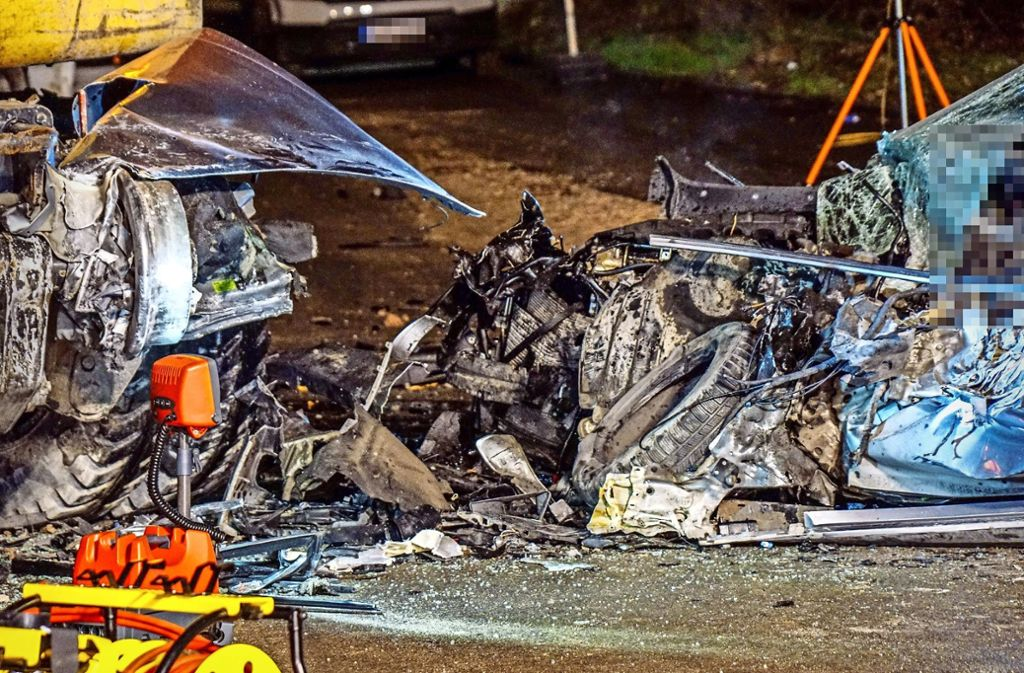 Verkehrsunfall In Wendlingen Autofahrer Prallt Gegen Bagger Und