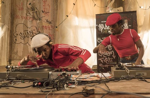 "New York 1977 in der Serie ""The Get Down"": Mamoudou Athie als Grandmaster Flash (links) führt Shameik Moore als Shaolin Fantastic in die DJ-Künste ein. Foto: David Lee/Netflix"