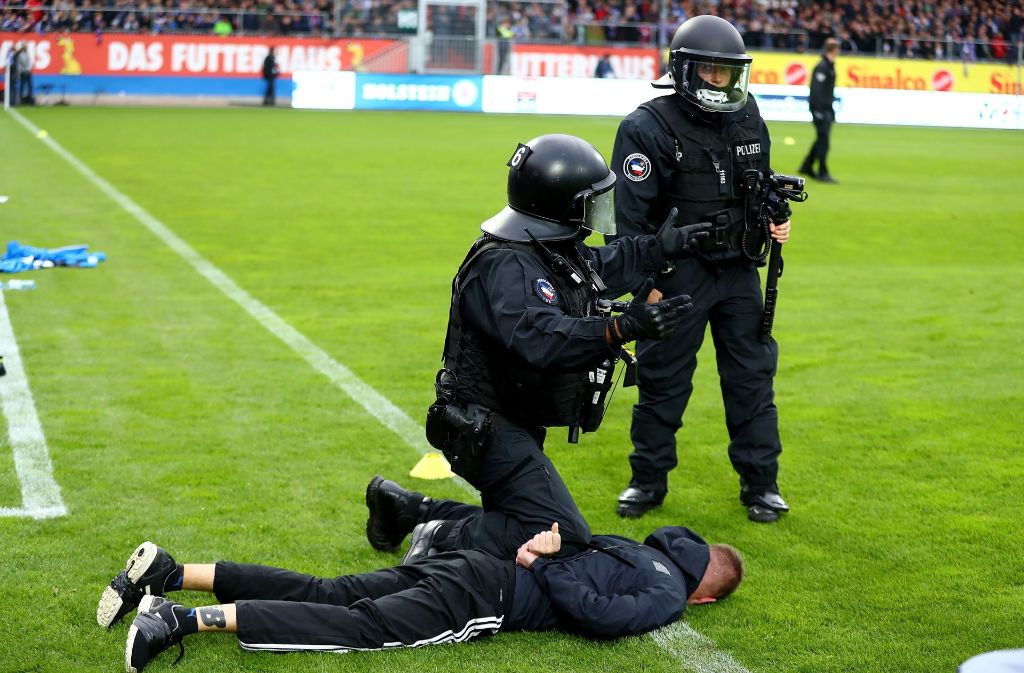 Die Polizei Stoppt Einen Ultra Vom Fussball Zweitligisten