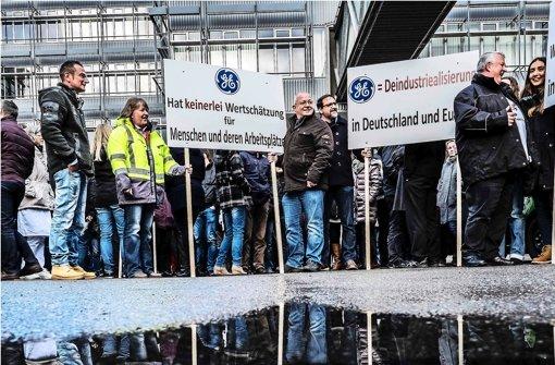 Ungewisse Zukunft: Mitarbeiter vor dem GE-Standort in Stuttgart Foto: Lichtgut/Max Kovalenko
