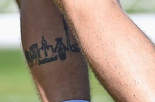 ... Den Weltpokal ließ er sich auf die linke Schulter tätowieren. Auf der rechten Wade hat er die   Skyline seiner Heimat  Dortmund verewigt. Foto: dpa