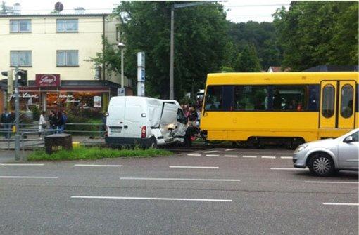 Stadtbahn rammt Lieferwagen