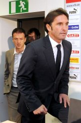 ... Tag wurde er von VfB-Sportdirektor Fredi Bobic (hinten) als Nachfolger von Jens Keller und neuer Coach vorgestellt. Das ... Foto: dpa