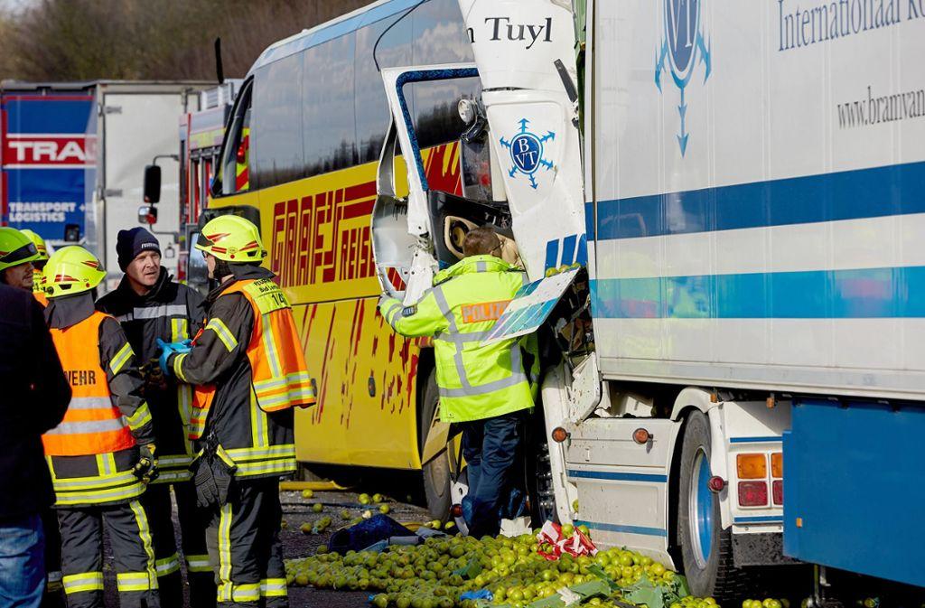 A3 Bei Limburg Untersuchungen Zu Unfall Mit Fernbus Dauern An