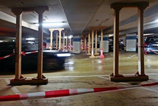 Holzstützen dienen als Provisorium: 50 Parkplätze fallen deshalb in der Tiefgarage unter dem Marktplatz weg. Foto: factum/Granville