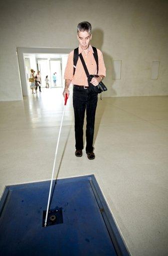 ... sehbehinderte Menschen in der neuen Bibliothek ... Foto: Peter-Michael Petsch