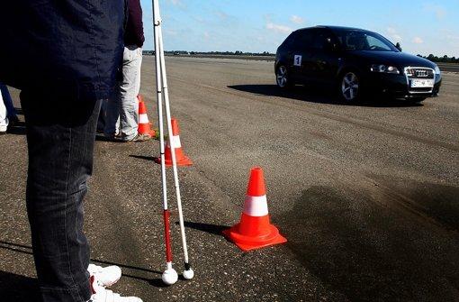 Blinde sind im Straßenverkehr besonders auf ihre Ohren angewiesen. Herkömmliche Autos können sie hören, Elektrofahrzeuge nicht. Sehbehinderte und der Autobauer Daimler kümmern sich in Stuttgart um das Problem. Foto: dapd