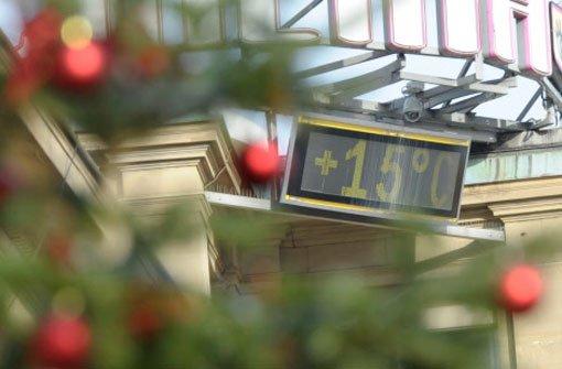 Eine Temperaturanzeige auf dem Schloßplatz in Stuttgart zeigt am 24. Dezember 2012 plus 15 Grad an. Foto: dpa