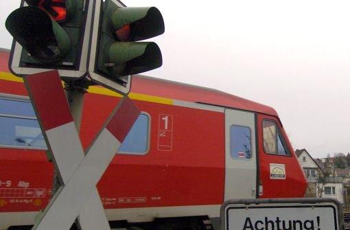 Weil vermutlich die Handbremse nicht angezogen war, ist das Auto einer 40-Jährigen am Mittwochabend in Herrenberg-Gültsetin auf die Bahnstrecke gerollt und von der Ammertalbahn gerammt worden (Symbolbild). Foto: dpa