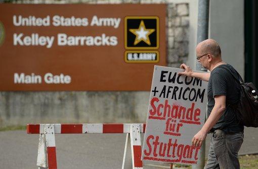 Kriegsgegner demonstrieren vor der Kaserne