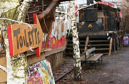 Die Künstler am Nordbahnhof dürfen möglicherweise doch noch über den Februar hinaus in ihren Waggons bleiben. Foto: dane