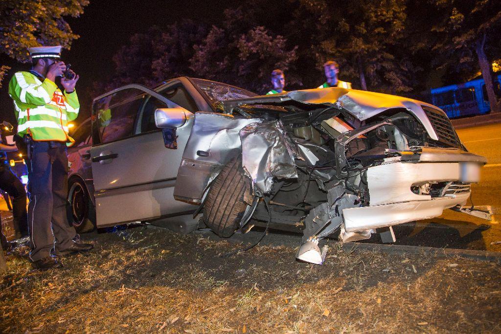 In Stuttgart-Bad Cannstatt ist es zu einem schweren Autounfall ...