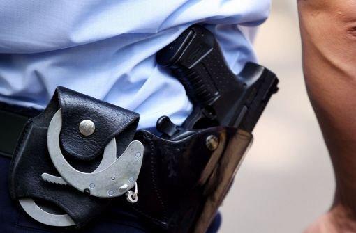 Am Dienstagmorgen werden bei einer groß angelegten Polizei-Razzia fünf Männer festgenommen. Sie sollen Spielautomaten manipuliert haben und damit einen Steuerbetrug in Millionenhöhe verursacht haben. Foto: dpa/Symbolbild