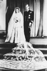 Schon als Dreizehnjährige ist es um Prinzessin Elizabeth geschehen, als sie 1939 den fünf Jahre älteren, hochgewachsenen und sehr attraktiven Philip von Battenberg das erste Mal erblickt. Vier Jahre später feiert Philip schon Weihnachten auf Schloss Windsor. Was für ein Aufstieg für den jungen Mann, der auf einem Küchentisch in Korfu geboren wurde und auf einem Flüchtlingsschiff im Alter von 18 Monaten nach Großbritannien kam. Foto: AP