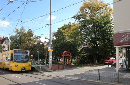 Das alte Gebäude hinter den Bäumen soll abgerissen werden. Doch dort ist eine Trafostation der EnBW untergebracht. Foto: Achim Zweygarth