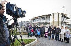 In Zazenhausen haben sich zahlreiche Geschädigte vor ihren halb fertigen Häusern getroffen und der Presse Auskünfte zum Bauskandal und zum zwangsweisen Baustopp gegeben. Klicken Sie sich durch die Stimmen von der Baustelle. Foto: Max Kovalenko