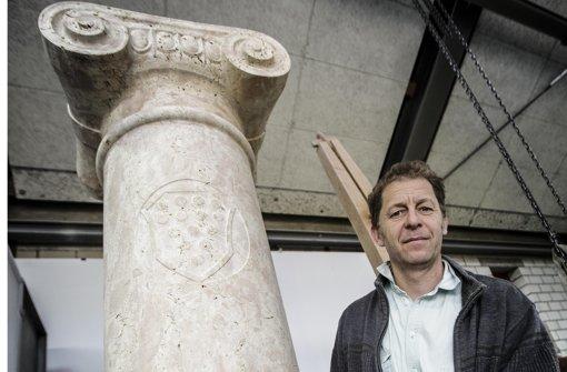 Bildhauer Uli Gsell vor der ursprünglich mopslosen Loriotsäule Foto: Leif Piechowski