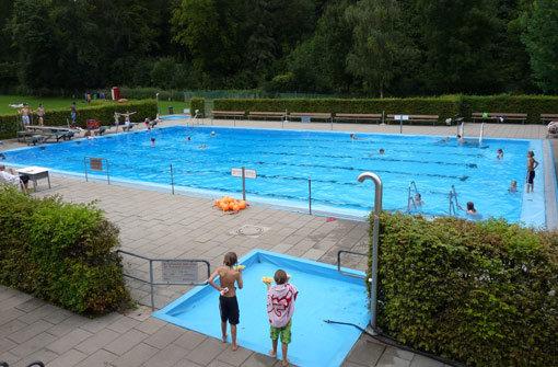 bPlatz 9/bbr Das bMTV-Freibad/b in Botnang (Furtwänglerstr. 145-147) ist zwar ein Vereinsbad, aber jeder kann hier baden. Es gibt ein Baby- und ein 25-Meter-Becken mit Ein-Meter-Sprungbrett. Im Vergleich zum recht kleinen Swimming-Pool wirkt der Sportbereich überdimensional. Es gibt zwei Fußballfelder, einen Basketballplatz und ein Beachvolleyball-Feld. Foto: Belser